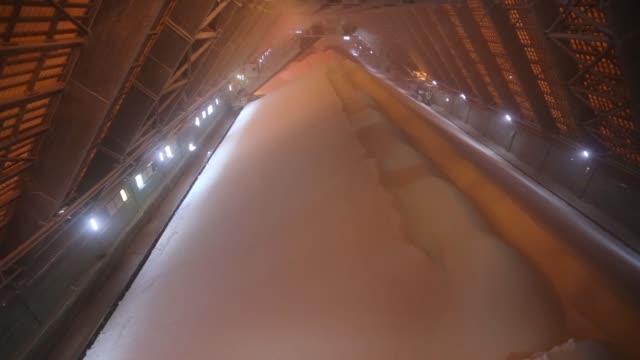 vídeos y material grabado en eventos de stock de various shots conveyor belt machinery moves potassium chloride also known as potash through a processing plant at the oao uralkali potash mine in... - potasio