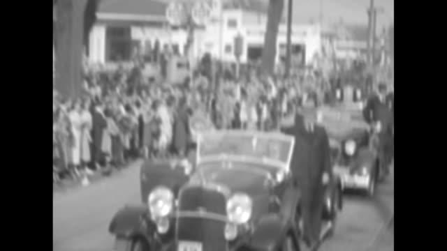 vídeos y material grabado en eventos de stock de various shots franklin and eleanor roosevelt and mi gov frank murphy in open car leading motorcade men stand on running boards crowds on sidewalk /... - estribo de coche