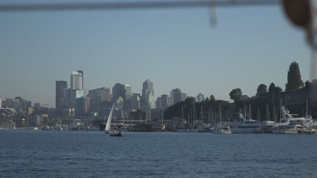 vídeos de stock, filmes e b-roll de various shots from a boat in the water near seattle washington on september 16 wide shots of boats on the water near the seattle skyline on a clear... - pacífico norte