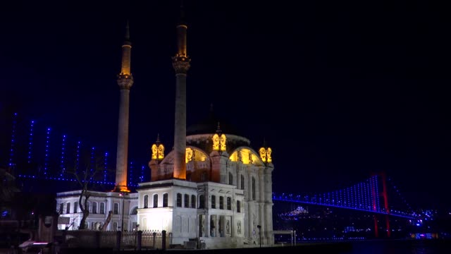 various shots from camlica mosque and july 15 martyrs' bridge at night in istanbul turkey on march 08 2019 - moschea video stock e b–roll