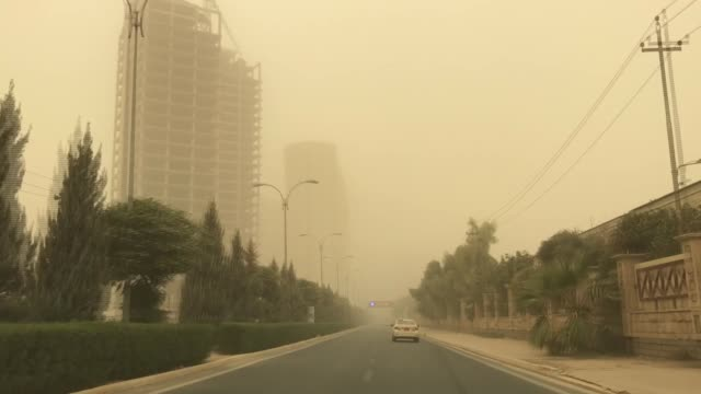 vídeos y material grabado en eventos de stock de various shots from erbil as dust blankets city center on october 29, 2017. fazil ibrahim, a meteorologist at the general directorate of meteorology... - vendaval de polvo