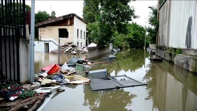 vidéos et rushes de various shots from paris as the flash flood hits villeneuve saint george region of paris on june 04 2016 four people were killed and 24 others were... - inondation