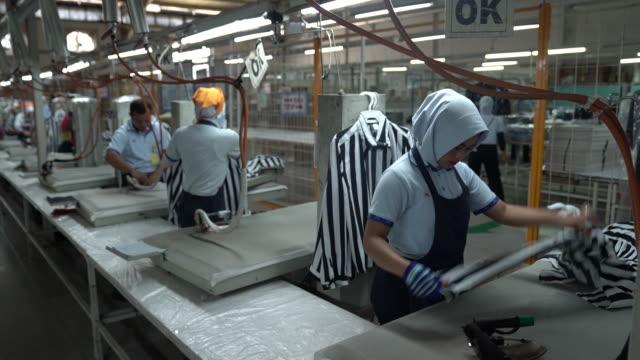 vidéos et rushes de various shots from sri rejeki isman pt factory in solo, java, indonesia, on friday, september 27, 2019. sri rejeki isman, known as sritex, makes... - fer