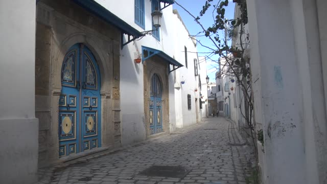 various shots from the medina that centered heart of the capital tunis turned ghost town due to coronavirus pandemic on april 02, 2020. medina of... - strada vuota video stock e b–roll