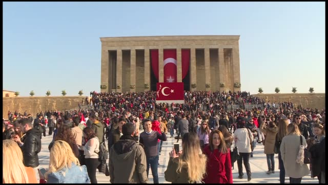 various shots from the people visiting anitkabir, mausoleum of the founder of turkish republic mustafa kemal ataturk, during the 80th anniversary of... - ムスタファ ケマル アタテュルク点の映像素材/bロール