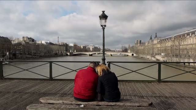 various shots from the river seine, eiffel tower, the love padlocks on the pont des arts and the valentine's day race during valentine's day in... - ポンヌフ点の映像素材/bロール