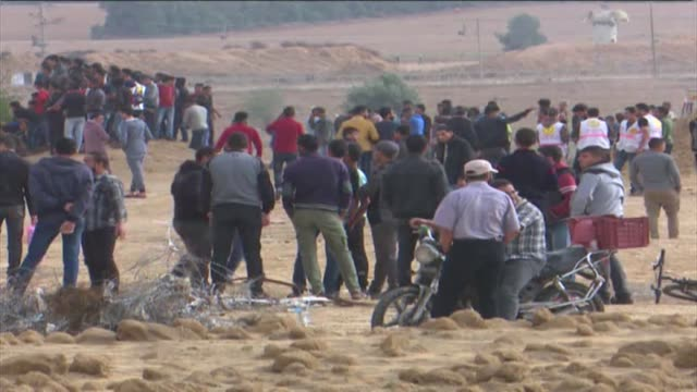 various shots from thousands of palestinians participating in 'great march of return' protests near the gazaisrael border in gaza strip on october 26... - 2018 gaza border protests stock videos & royalty-free footage