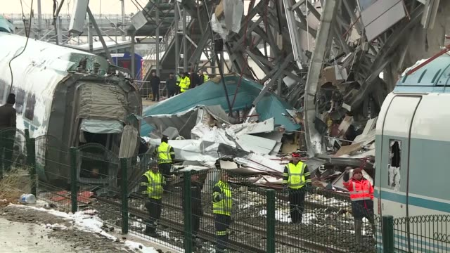 vídeos y material grabado en eventos de stock de various shots from train debris at highspeed train crash site in ankara turkey on december 14 2018 at least nine people were killed and 47 others... - accidente de tren
