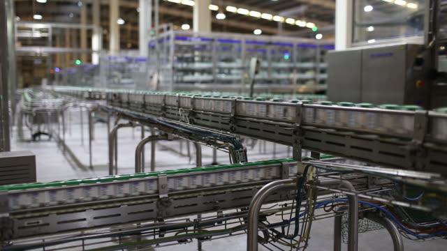 vídeos de stock e filmes b-roll de various shots from vinamilk ben cat dairy products facility in binh duong vietnam on tuesday december 17 2019 vinamilk is vietnam's biggest dairy... - automático