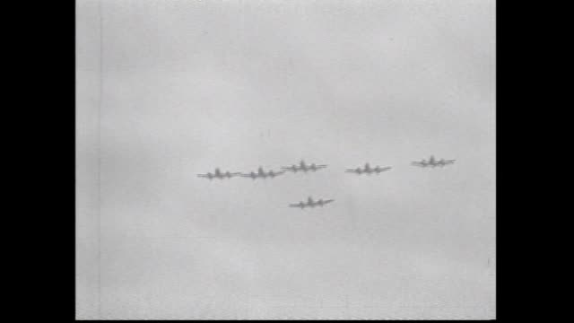various shots gloster meteor planes flypast in various formations several passes - formationsfliegen stock-videos und b-roll-filmmaterial