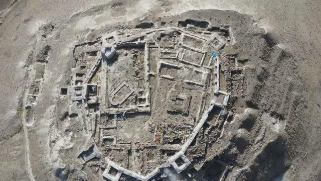 vídeos de stock e filmes b-roll de various shots of altintepe fortress in erzincan, turkey on november 19, 2020. tourists visiting eastern turkey will now be able to stroll through the... - arqueologia