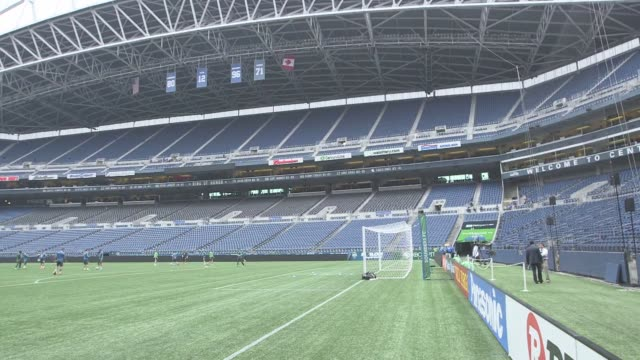 vídeos de stock, filmes e b-roll de various shots of centurylink field the home of the seattle sounders fc and the seattle seahawks on march 19 a wide hand held panning shot of... - major league soccer