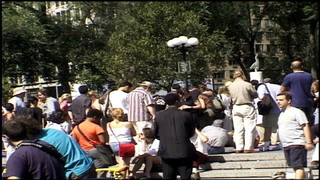 various shots of crowds in union square park - attentati terroristici dell'11 settembre 2001 video stock e b–roll