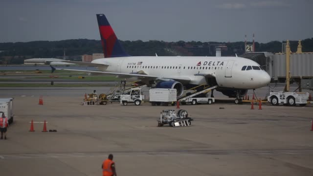 various shots of delta air lines planes at ronald reagan national airport in washington dc wide shots of a larger delta airplane being loaded with... - aeroporto nazionale di washington ronald reagan video stock e b–roll