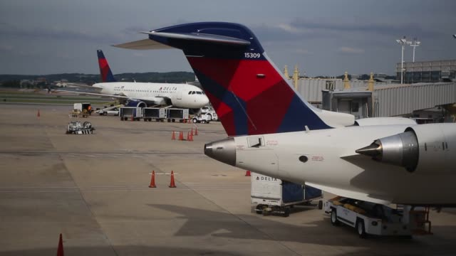 various shots of delta air lines planes at ronald reagan national airport in washington dc a wide shot of a larger delta airplane being loaded with... - aeroporto nazionale di washington ronald reagan video stock e b–roll