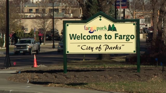 vidéos et rushes de various shots of downtown fargo in fargo north dakota on november 4 tesoro gas station stand on a corner welcome to fargo signage north dakota... - dakota du nord