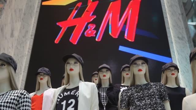 various shots of female mannequins displaying the newest fashions at the worlds largest flagship h&m store in new york city on opening day, a medium... - människomun bildbanksvideor och videomaterial från bakom kulisserna