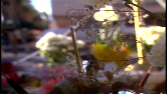 vidéos et rushes de various shots of flowers left at sonny bono plaque in palm springs california - plaque rue