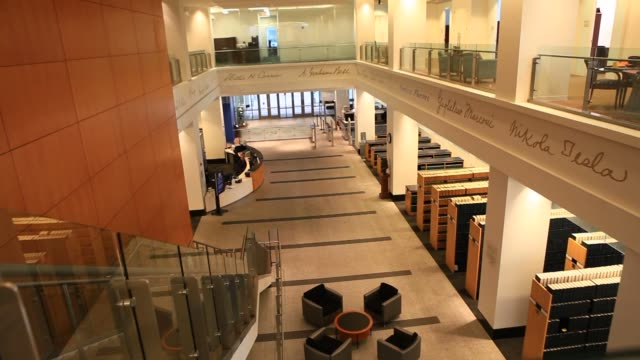 vidéos et rushes de various shots of inside of the united states patent and trademark office in alexandria virginia on april 4 a wide of the atrium and banner haning... - alexandria virginie