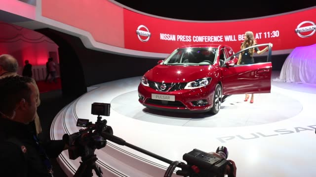 vidéos et rushes de various shots of nissan automobiles on display at the 2014 paris motor show in paris france close up shots of a red nissan pulsar being displayed by... - ghosn