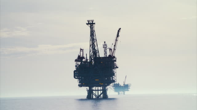 vidéos et rushes de various shots of offshore gas rigs on the israeli coast - tour de forage