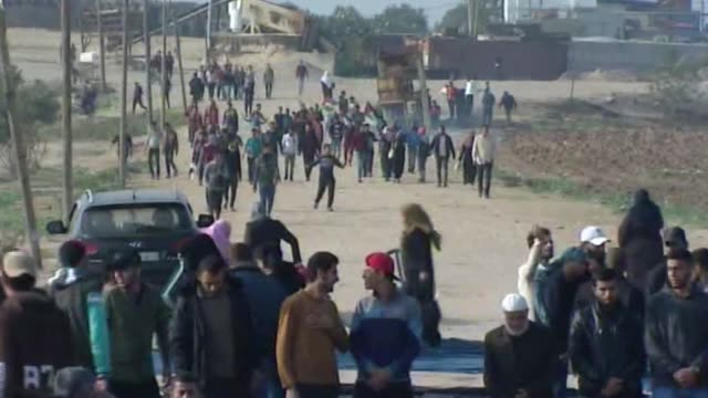 various shots of palestinian protesters participating in 'great march of return' protests near the gazaisrael border in gaza strip on november 30... - 2018 gaza border protests stock videos & royalty-free footage