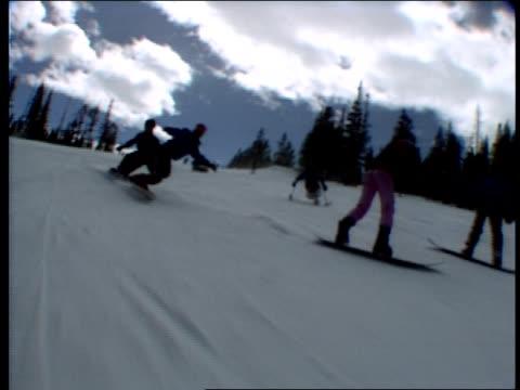 vídeos de stock e filmes b-roll de various shots of people skiing - roupa de esqui
