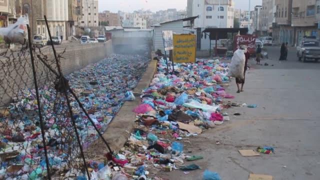 various shots of piles of uncollected garbage that pose a great health risk in taiz yemen on december 26 2018 taiz water and sewerage authority... - yemen bildbanksvideor och videomaterial från bakom kulisserna