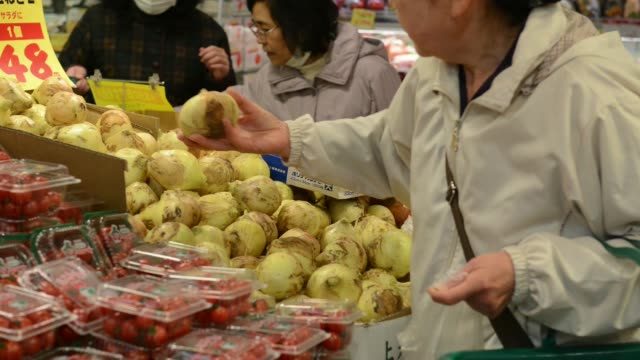various shots of shoppers in supermarket payment at checkout counter - 支払い点の映像素材/bロール