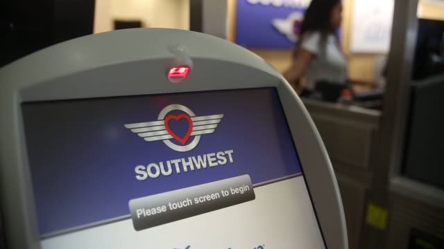 various shots of southwest airlines ticket kiosks at ronald raegan national airport in washington dc a wide shot of a line of southwest airlines... - aeroporto nazionale di washington ronald reagan video stock e b–roll