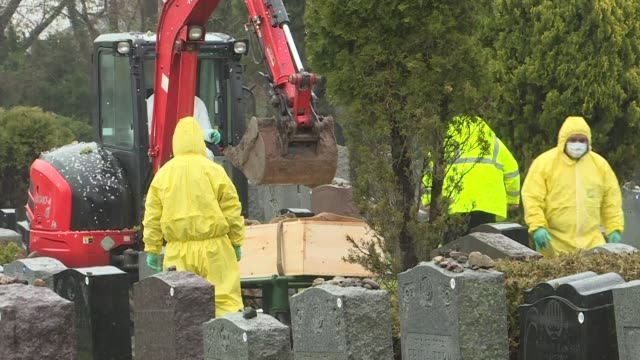 vidéos et rushes de various shots of the burial process of covid-19 victims in new york on april 24, 2020. the number of people who died in the usa due to the new type... - cimetière
