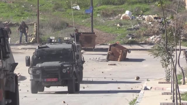 various shots of the clashes between israeli troops and palestinians after demolishing a fourstory residential building owned by a palestinian woman... - イスラエル点の映像素材/bロール