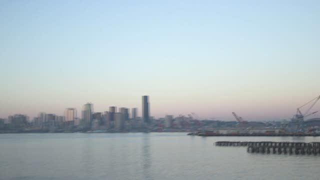 vídeos de stock e filmes b-roll de various shots of the seattle washington skyline at dusk on september 16 an extreme wide panning shot of the seattle skyline at dusk a zoom out shot... - pacífico norte