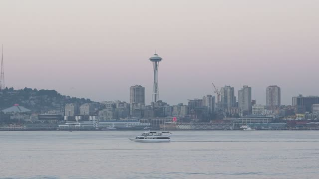 vídeos de stock e filmes b-roll de various shots of the seattle washington skyline at dusk on september 16 a wide shot of the seattle skyline at dusk including the seattle space needle... - pacífico norte