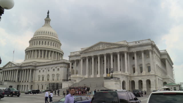 various shots of the us capitol building on a hot summer day with clouds and blue sky shows the building and visitors on capitol grounds - kuppeldach oder kuppel stock-videos und b-roll-filmmaterial