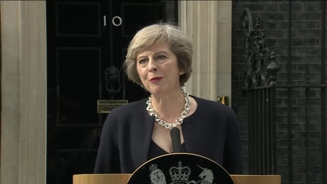 various shots of theresa may and husband philip may out of car and along downing street theresa may mp speech sot - i have just been to buckingham... - social justice concept 個影片檔及 b 捲影像