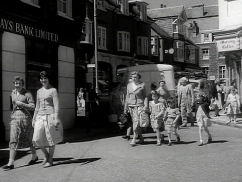 stockvideo's en b-roll-footage met various shots of tourists walking towards the beach - paardachtigen
