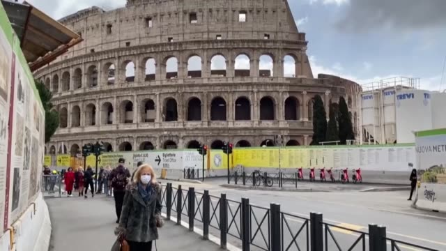 vídeos de stock e filmes b-roll de various shots on march 06, 2020 from deserted places of rome including via condotti, st mark's square, colosseum and trevi fountain after the... - itália