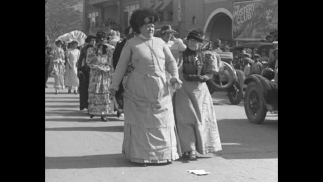 vidéos et rushes de various shots people in pioneer costumes parading down street building with american flag and bunting in bg women wear bonnets / covered wagon from... - animaux au travail