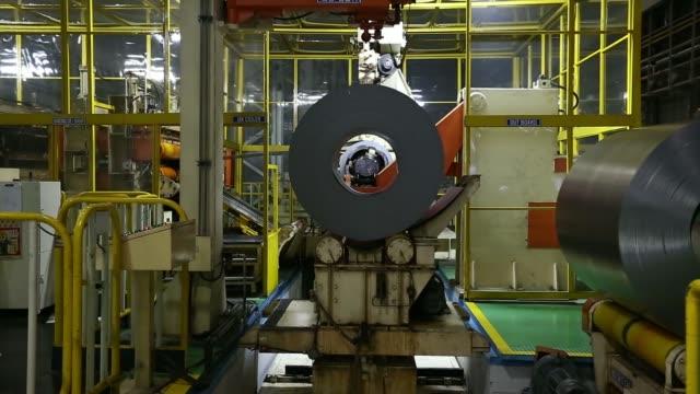 vidéos et rushes de various shots rolls of sheet steel rotate through machinery at the hyundai motor co factory in asan south korea on monday jan 20 2014 south korea... - tôle