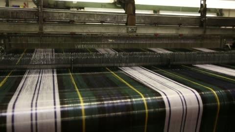 vídeos y material grabado en eventos de stock de various shots threads of yarn pass through a weaving machine during tartan production at lochcarron john buchan ltds production plant in selkirk, uk,... - tartán