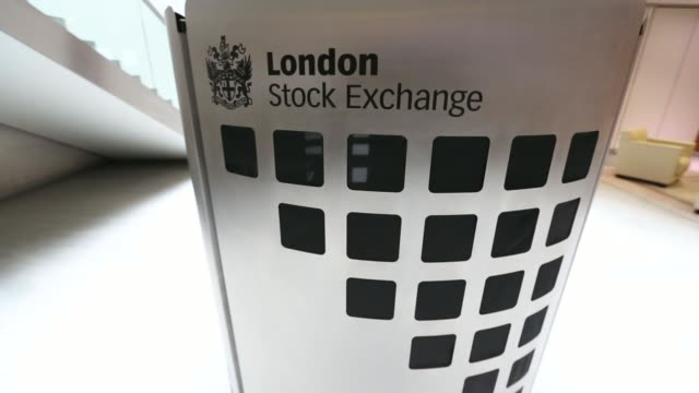 vídeos de stock, filmes e b-roll de various shots visitors pass a london stock exchange sign inside the main atrium of the london stock exchange group plcs headquarters in london uk on... - bolsa de valores de londres