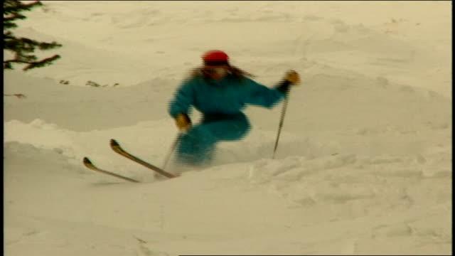 vídeos de stock e filmes b-roll de various skiers riding over snowy hills in telluride colorado - roupa de esqui