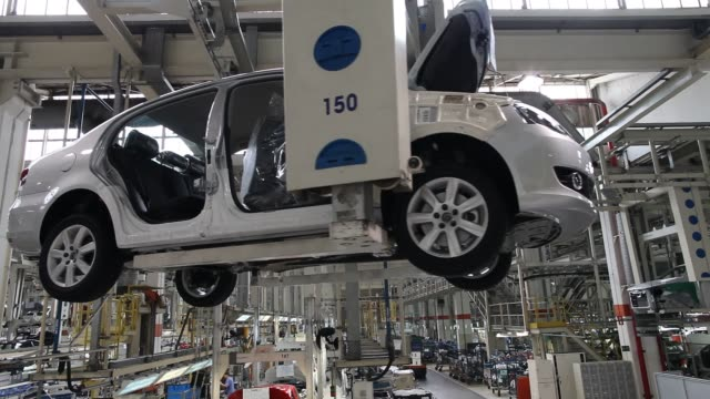 various views of the interior of volkswagen production facility / cars in production line / manufacturing automobiles / jobs and employees volkswagen... - campo stock videos & royalty-free footage