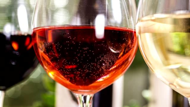 Verschiedenen Weinauswahl, Flaschen für Weinverkostung im Weingut.