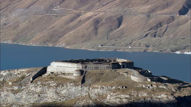 vidéos et rushes de varisell fort par mont cenis lac-vue aérienne-rhône-alpes, les savoie, france - forteresse
