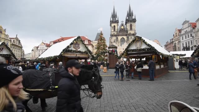 varous shots from the old town square at the christmas market at old town square in prague, czech republic on december 01, 2016. christmas markets,... - prague old town square stock videos & royalty-free footage