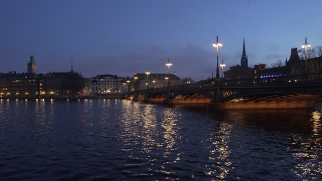 vasabron bridge and gamla stan, the old town in the evening, night - スウェーデン点の映像素材/bロール
