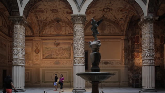 vasari´s courtyard, vecchio palace, florence, tuscany, italy, europe - palace stock videos & royalty-free footage