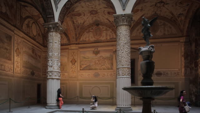 vasari´s courtyard, vecchio palace, florence, tuscany, italy, europe - toskana stock-videos und b-roll-filmmaterial